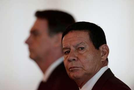 Vice-presidente Hamilton Mourão com o presidente Jair Bolsonaro ao fundo durante cerimônia em Brasília, em março 28/03/2019 REUTERS/Ueslei Marcelino