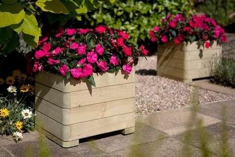 18. Os vasos de madeira formam lindos enfeites para jardim. Fonte: Pinterest