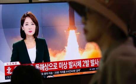 Pessoas assistem noticiário sobre lançamento de projéteis pela Coreia do Norte em Seul 31/10/2019 REUTERS/Heo Ran