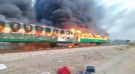 Imagem de vídeo mostra incêndio em trem no Paquistão 31/10/2019 REUTERS/Asghar Bhawalpuri/via REUTERS TV
