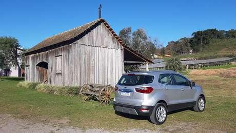 O EcoSport sem estepe externo num dos cenários rurais da Serra Gaúcha.