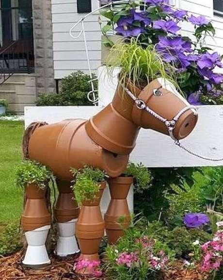 20. Enfeites para jardim feitos com vasos de barro. Fonte: Pinterest
