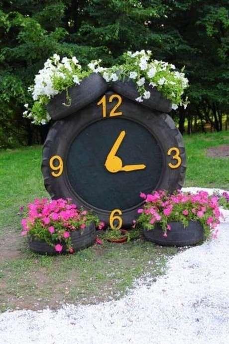 21. Enfeites para jardim feitos com pneu formam um lindo relógio. Fonte: Pinterest