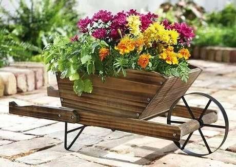 12. Enfeites para jardim feitos com madeira serve de apoio para vasos. Fonte: Pinterest