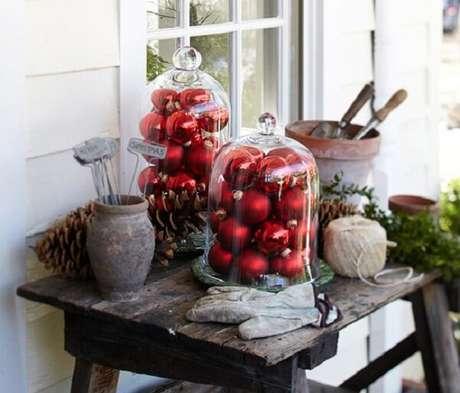 22. Aproveite fracos de vidro e bolas decorativas e faça lindos enfeites para jardim natalinos. Fonte: O Meu Jardim