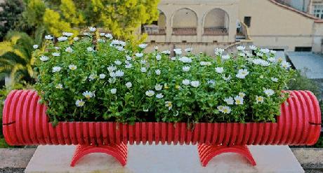 71. Reaproveite a estrutura plástica de um cano e forme lindos enfeites para jardim. Fonte: Pinterest