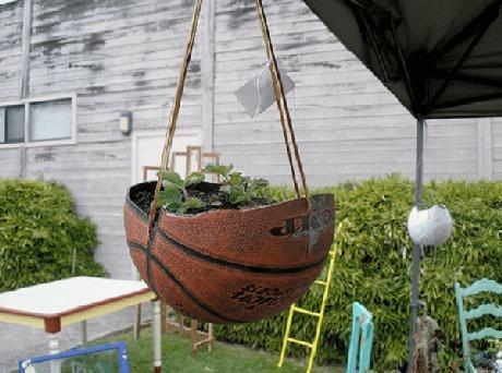 72. A bola de basquete foi reutilizada como vaso no jardim. Fonte: Pinterest