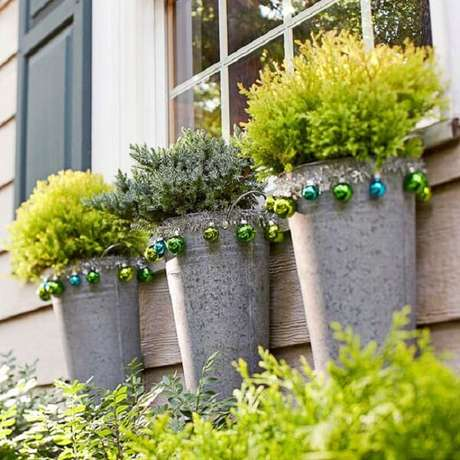 27. Enfeites para jardim encantam a fachada da janela. Fonte: O Meu Jardim