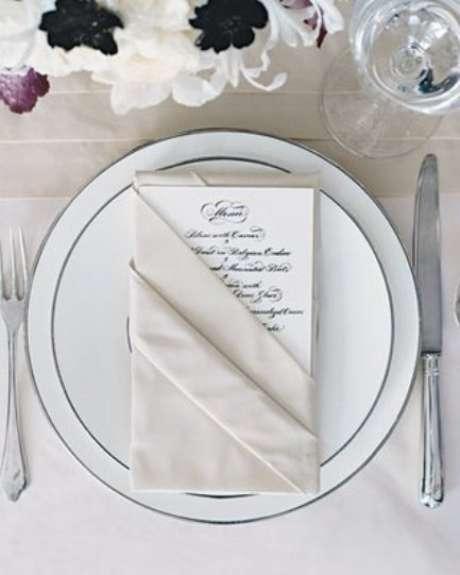 26. Dobradura de guardanapo de tecido para colocar o menu – Por: Pinterest