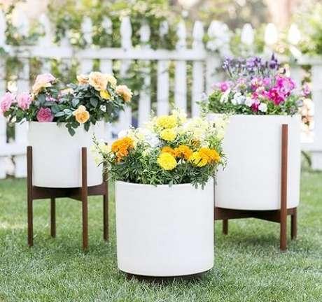 30. Os vasos em tamanhos distintos podem formar lindos enfeites para jardim. Fonte: Pinterest