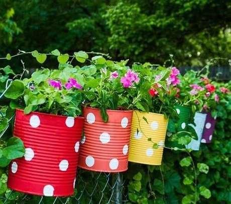 36. Latinhas coloridas podem ser utilizadas como enfeites para jardim. Fonte: Pinterest
