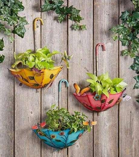 38. Estruture um jardim vertical criativo com guarda-chuva e forme lindos enfeites para jardim. Fonte: Pinterest