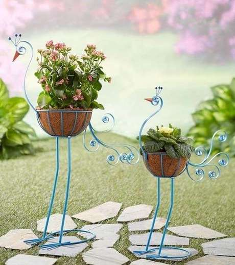 40. Estruturas metálicas criativas formam lindos enfeites para jardim. Fonte: Pinterest
