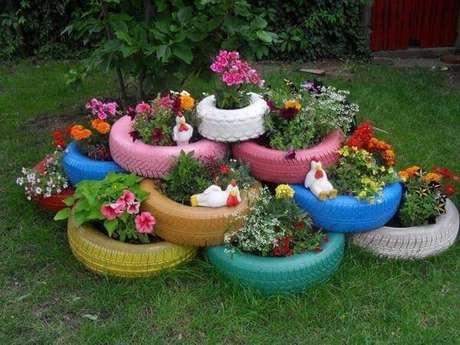 66. Separe os pneus, pinte-os e transforme-os em lindos enfeites para jardim. Fonte: Pinterest