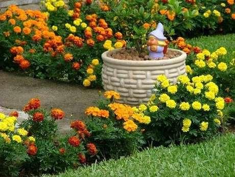 42. Enfeites para jardim pequeninos encantam os olhos de quem passa pelo local. Fonte: Pinterest
