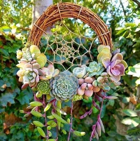 33. As suculentas podem compor lindos enfeites para jardim. Fonte: Pinterest