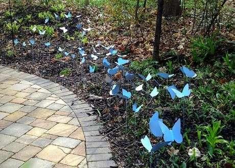 34. As borboletas dispersas na vegetação podem compor lindos enfeites para jardim. Fonte: Pinterest