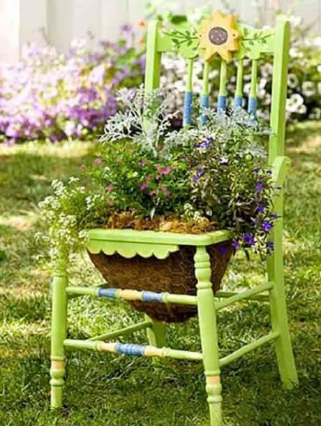 76. Crie enfeites para jardim reutilizando cadeiras da casa. Fonte: Pinterest
