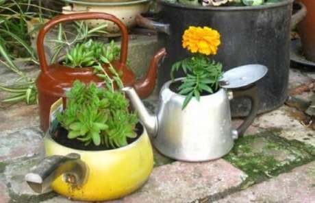 77. Utensílios domésticos podem se tornar lindos enfeites para jardim. Fonte: Pinterest