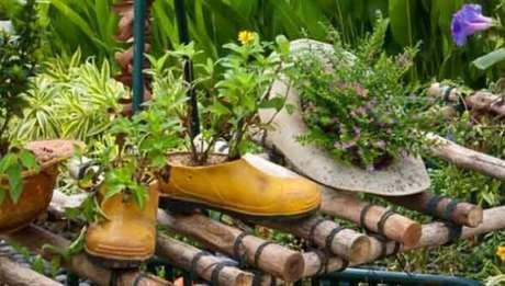 79. Enfeites para jardim feitos com sapato e chapéu. Fonte: Pinterest