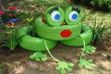 43. Enfeites para jardim feitos pneus formam um sapo. Fonte: Pinterest