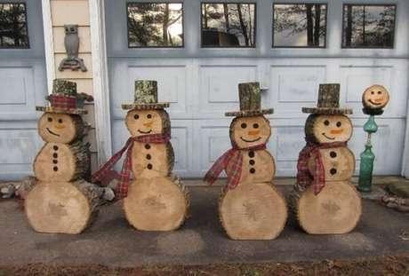 45. Enfeites para jardim natalinos feitos com tronco de madeira. Fonte: Pinterest