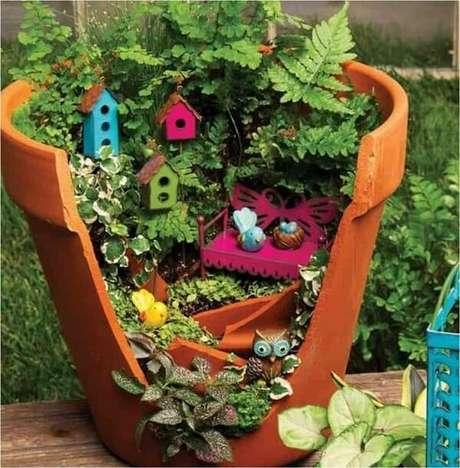 48. Vasos quebrados podem ser reaproveitados e formam lindos enfeites para jardim. Fonte: Pinterest