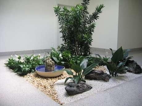 3. Fonte pequena de bambu e pedra grande decorativa formam lindos enfeites para jardim de inverno. Fonte: Revista Viva Decora