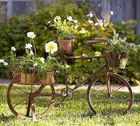 52. As bicicletas podem formam lindos enfeites para jardim e servir de apoio para os vasos. Fonte: Pinterest