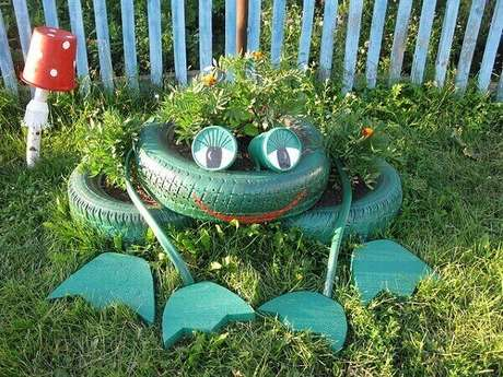 51. Enfeites para jardim feitos com pneus formam um sapo. Fonte: Pinterest
