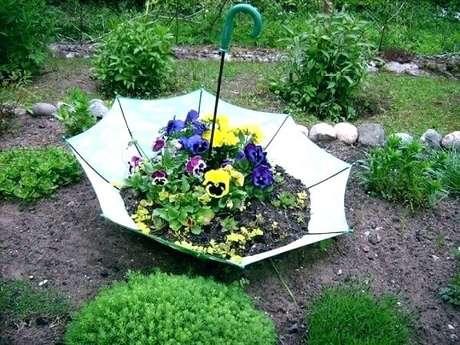53. Reaproveite a estrutura do guarda-chuva e crie lindos enfeites para jardim. Fonte: Pinterest