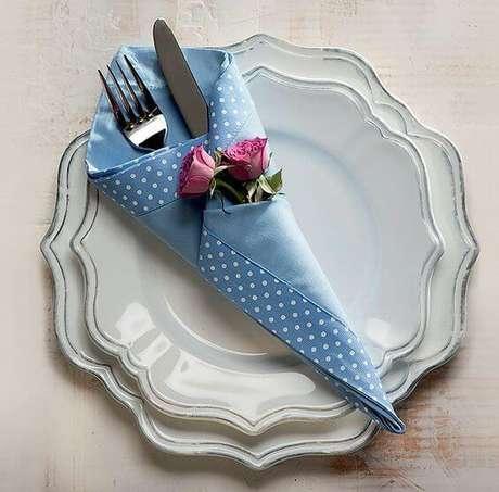 42. Dobradura de tecido estampado para decorar a mesa posta – Por: Pinterest