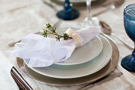48. Guardanapo de tecido para casamento clássico – Por: Pinterest