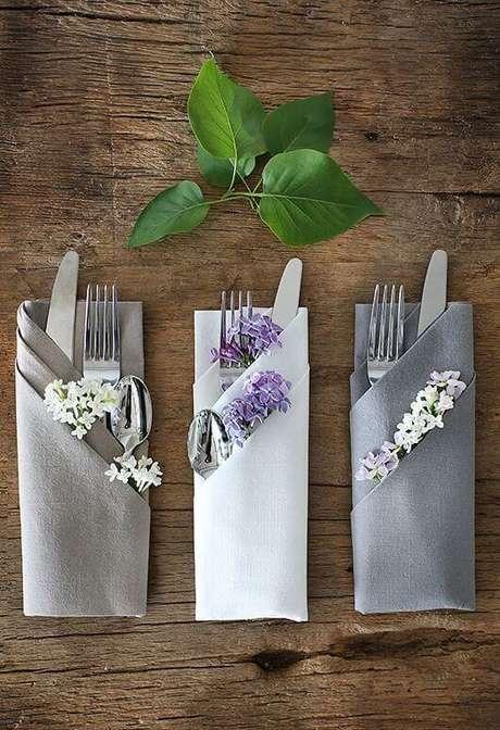 10. Guardanapo de tecido cinza para colocar os talheres – Por: Salve a Noiva