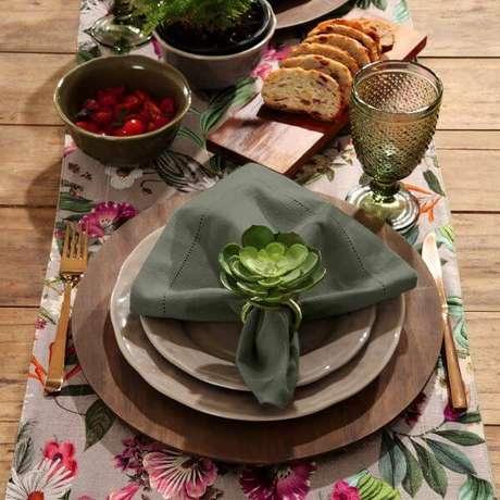 14. Guardanapo de tecido verde com suculentas – Por: Icl Home