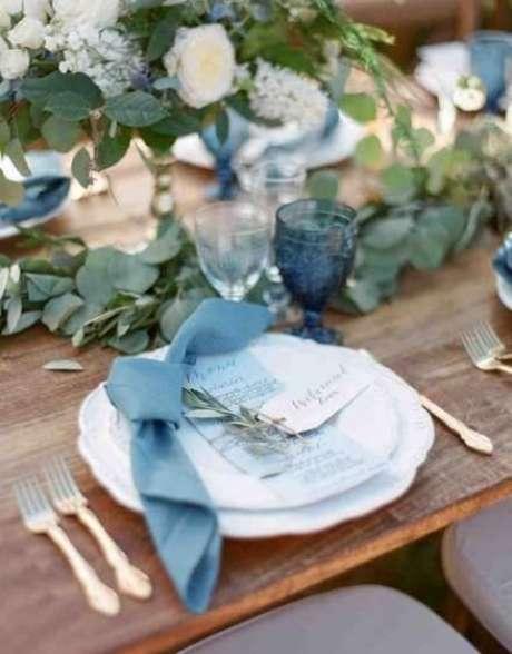 7. Guardanapo de tecido para casamento combinando com a decoração azul – Por: Wedding Mira Blog