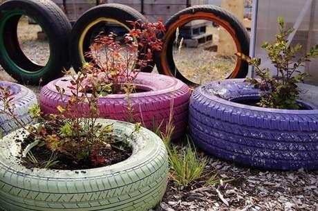 7. Enfeites para jardim feito com pneus coloridos. Fonte: Pinterest