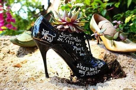 11. Reutilize seu sapato e formem lindos enfeites para jardim. Fonte: Pinterest