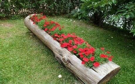 55. Utilize os troncos de madeira para compor lindos enfeites para jardim. Fonte: Pinterest