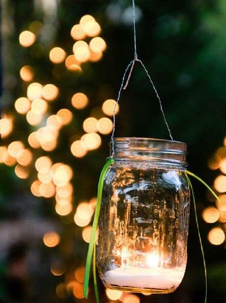 56. Lanternas iluminadas podem formar lindos enfeites para jardim. Fonte: O Meu Jardim