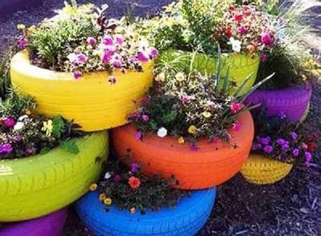 58. Enfeites para jardim feitos com pneus coloridos. Fonte: Pinterest