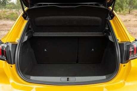 O porta-malas tem 311 litros de capacidade.