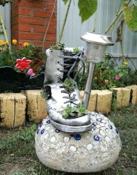 59. Utilize tênis para formar criativos enfeites para jardim. Fonte: Pinterest