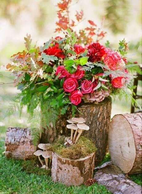 61. Troncos de árvore podem formar lindos enfeites para jardim. Fonte: Pinterest