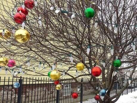 5. Pendure bolas coloridas nas árvores e forme lindos enfeites de natal para jardim. Fonte: O Meu Jardim