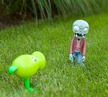 """62. Personagens famosos do """"Plants e Zumbis"""" podem compor a decoração do seu jardim. Fonte: Pinterest"""