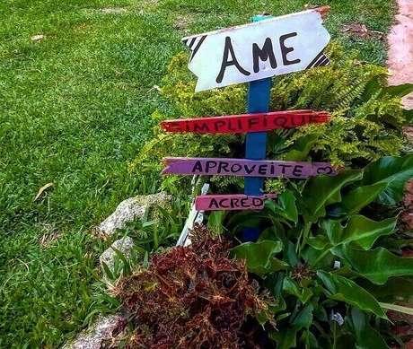 6. Plaquinhas decorativas servem como enfeites de jardim. Fonte: Pinterest