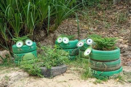 63. Enfeites para jardim feitos com pneus formam a carinha de sapo. Fonte: Pinterest