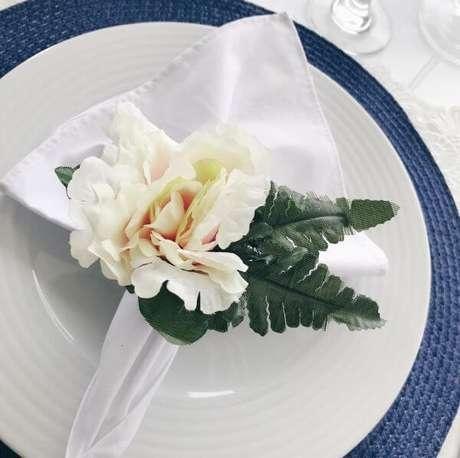 18. Porta guardanapo de tecido feito com flores – Por: Elo7