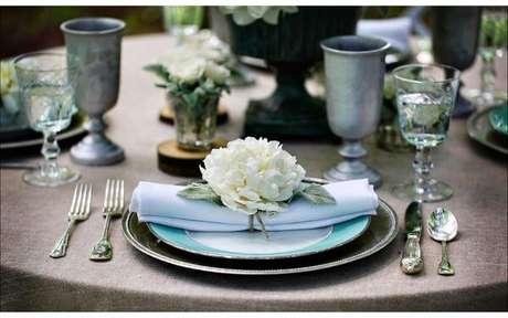 19. Porta guardanapos de tecido de flores para festa de casamento – Por: Receita Da Noiva